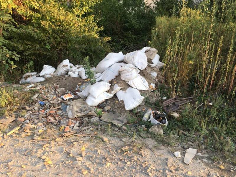 У Виноградові на Міліоративній розростається стихійне сміттєзвалище (ФОТО)