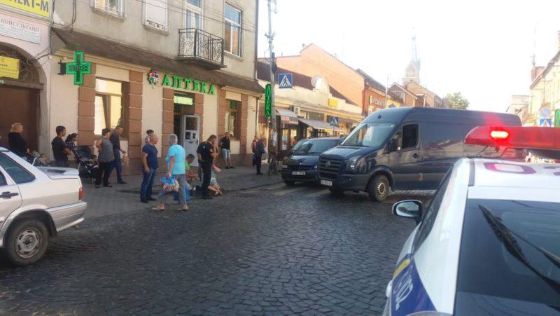 У Мукачеві в центрі міста автомобіль збив жінку (ФОТО)
