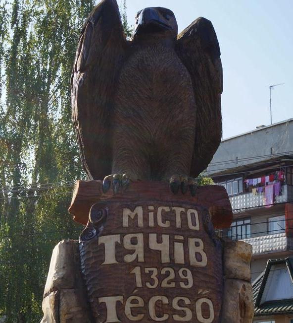 У Тячеві встановили велетенського дерев'яного птаха (ФОТО)