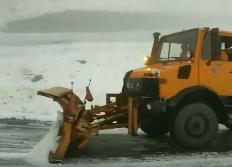 Сусідів Закарпаття замело снігом: дороги розчищає спецтехніка (ВІДЕО)
