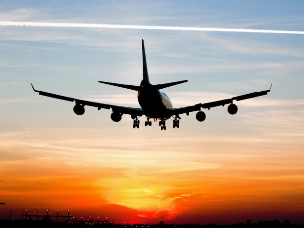 Ледь не згоріли живцем: у пасажирському літаку спалахнув двигун, люди стрибали за борт (ВІДЕО)