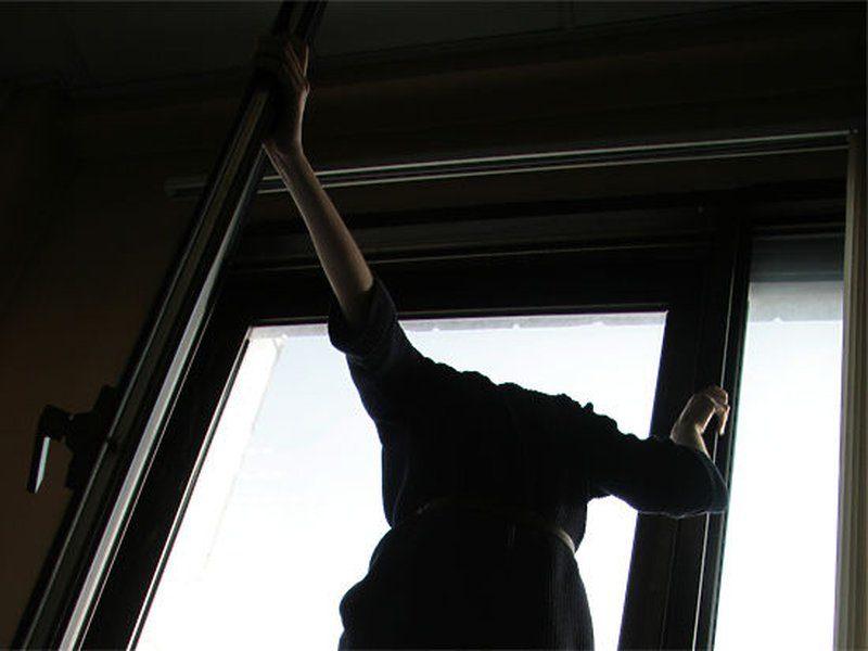 На Закарпатті чоловік викинувся з вікна багатоповерхівки (відео)
