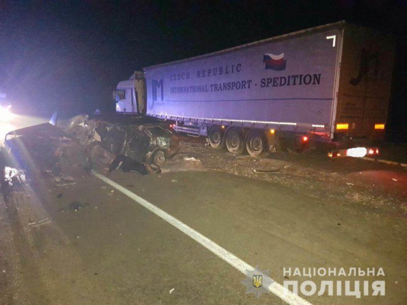 Моторошна ДТП: «Ауді А4» влетів в автопоїзд, є загиблі (ФОТО)