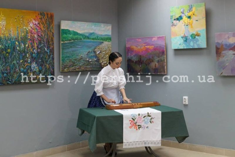 У Виноградові до Дня художника презентували полотна закарпатських митців (ФОТО)