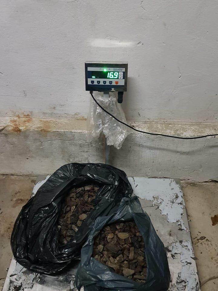 Контрабанда на Львівщині: Бурштин знайшли під декоративною обшивкою чотирьох дверей автомобіля