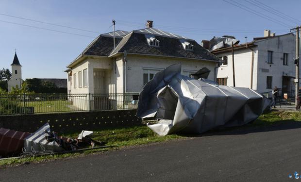 На Закарпатті торнадо знищив 30 будинків (ФОТО)