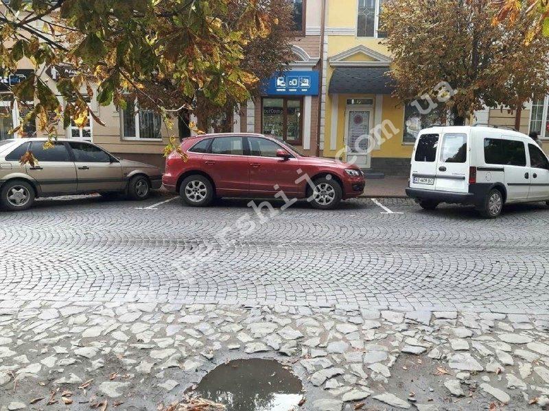 У Виноградові дорожня розмітка блокує рух транспортних засобів (ФОТО)