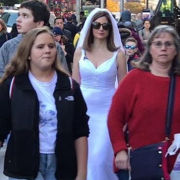 """Самотня жінка, гуляє в весільній сукні, сподіваючись знайти """"єдиного"""" (Фото)"""