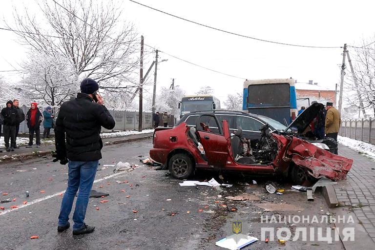"""У Карпатах рейсовий автобус зіткнувся з """"легковиком"""": є жертви (фото, відео)"""