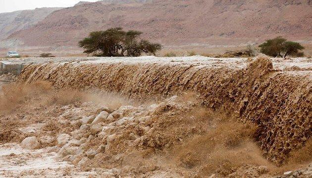 Смертельна повінь в Йорданії забрала життя 11 осіб: жахливі фото та відео негоди