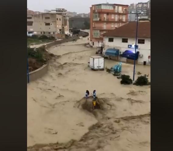 В Італії потоки води зносять все на своєму шляху (ВІДЕО)