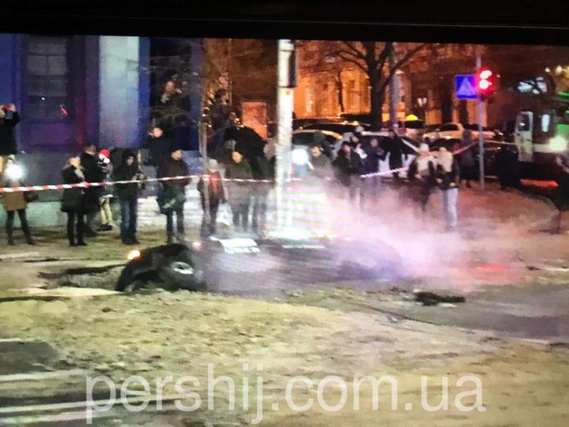 У Києві під землю провалилося таксі з людьми, через трубу яку прорвало (ФОТО)