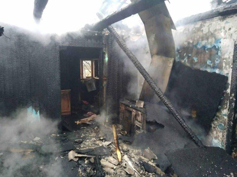 У Тячеві горів будинок: вогонь повністю охопив покрівлю житлового будинку (ФОТО)