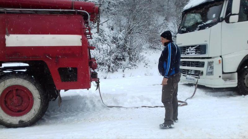 Міжгірські рятувальники витягали вантажівку по засніженій гірській дорозі (ФОТО)