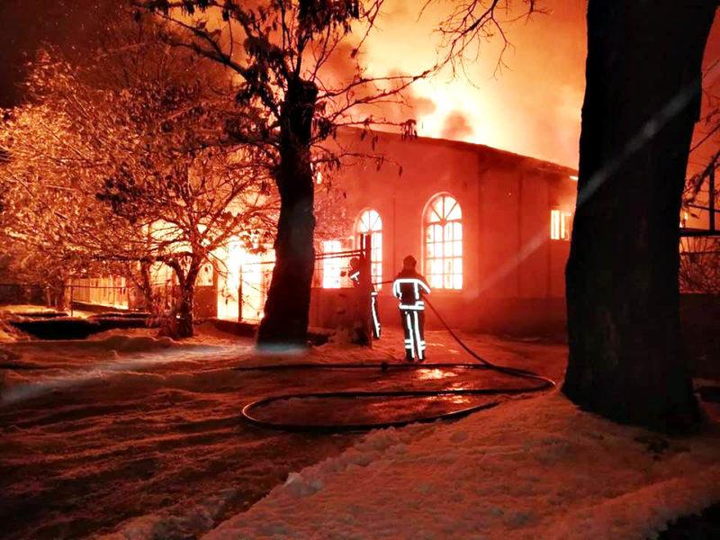 Масштабна пожежа у Берегові: горів магазині автозапчастин (ФОТО)