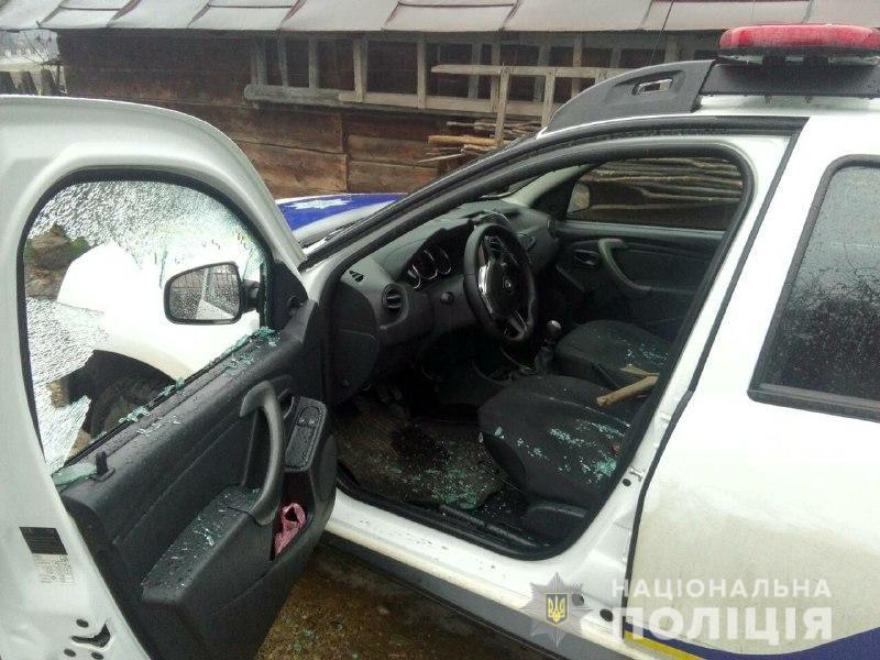 Прикарпатець із сокирою накинувся на поліцейських: трощив авто, бив та намагався відібрати зброю в інспекторки (ФОТО, ВІДЕО)