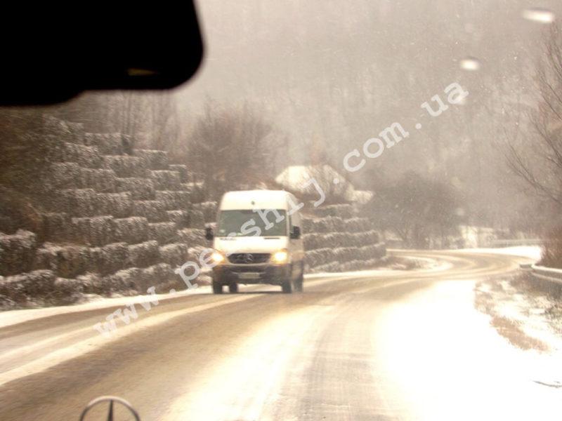 Небезпечна краса: дороги у гірських района Закарпаття стали небезпечними через мороз та опади (ФОТО)