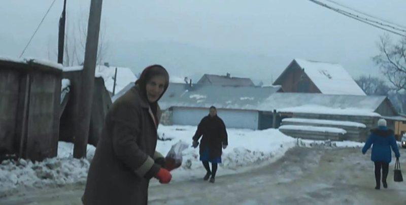 Закарпаття: пенсіонерка підсипає сіллю дорогу, бо більше нікому (відео)