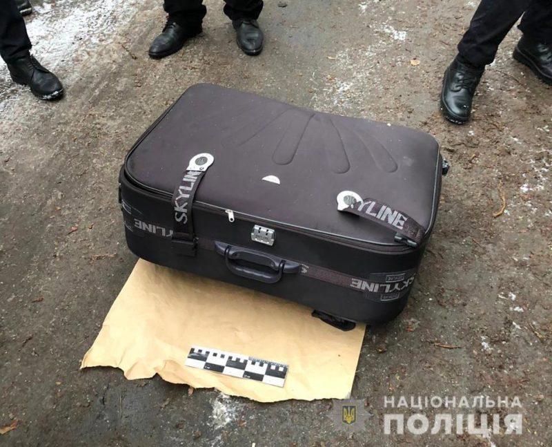 Тіло молодої жінки знайшли у валізі на смітнику (ФОТО)
