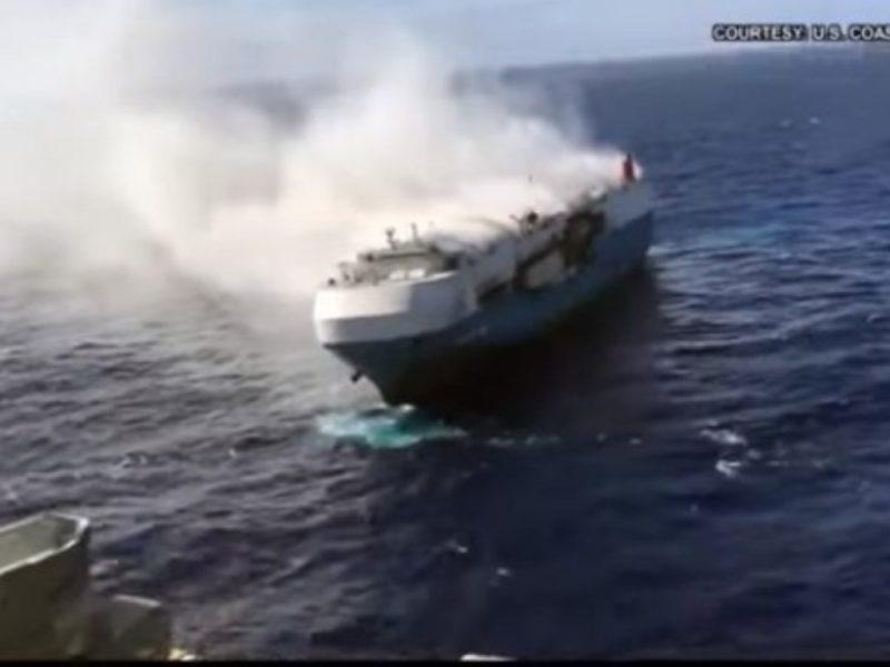 У Тихому океані вже більше, ніж два тижні горить і дрейфує судно Sincerity Ace з тисячами нових автомобілів (ВІДЕО)