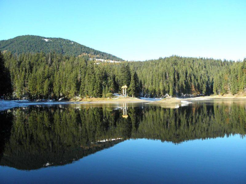 Три постійні потоки живлять озеро Синевир