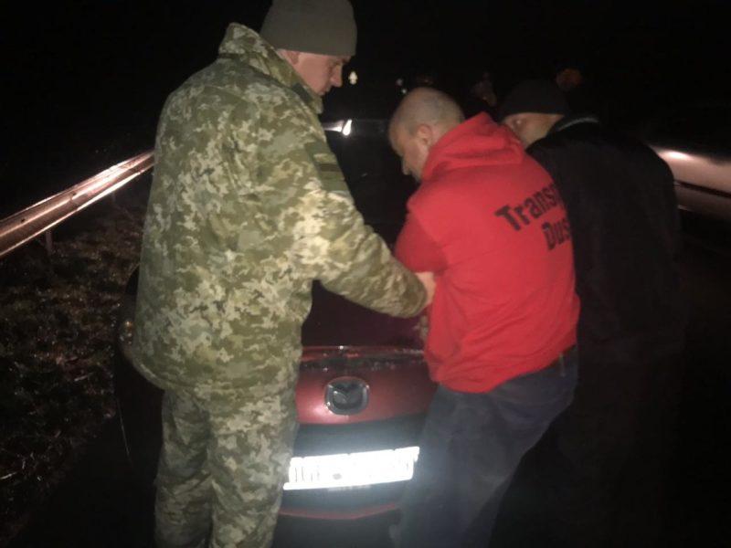 Збив шлагбаум та мало не поранив прикордонників: на Закарпатті водій силоміць прорвався через кордон (ФОТО)