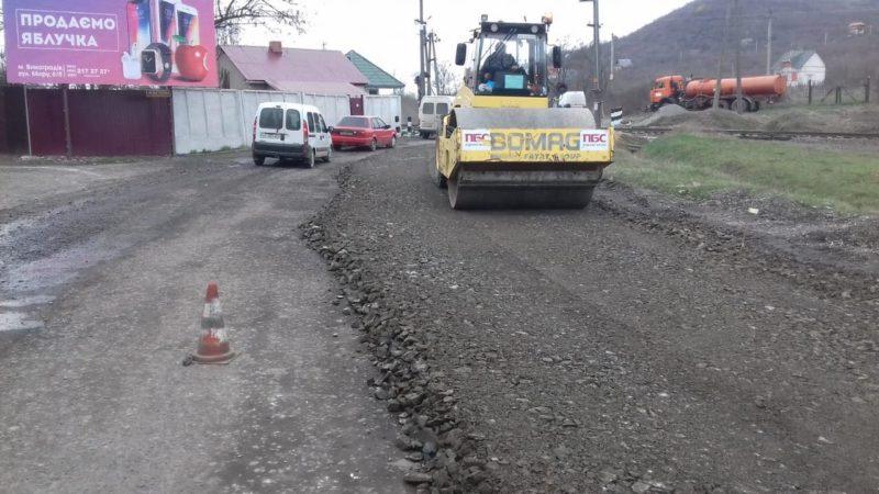На Закарпатті продовжують ремонт доріг: на черзі Виноградівщина (ФОТО)