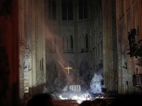 Пожежа в Соборі Паризької Богоматері локалізована: що вдалося врятувати (ФОТО, ВІДЕО)