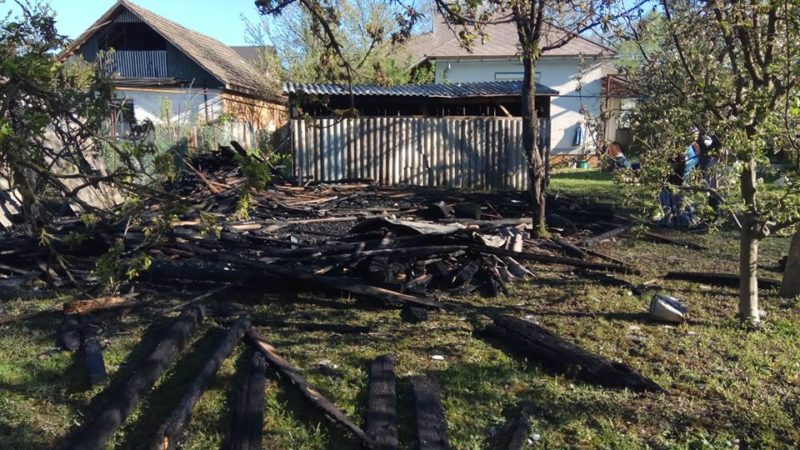 У Виноградові пожежа знищила надвірну споруду — рятувальники встигли запобігти масштабному загорянню (ФОТО)