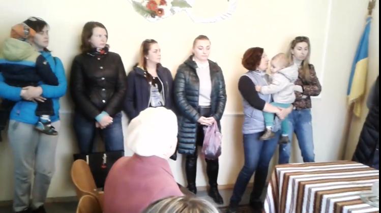 """""""Плани є, грошей нема"""": на Рахівщині батьки з дітьми прийшли до сільради щоб з'ясувати коли з'явиться дитячий садок (ВІДЕО)"""