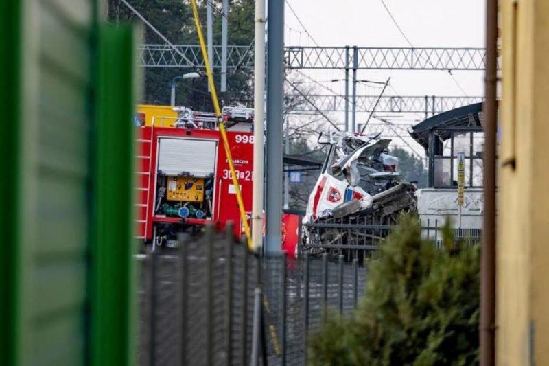 Трагедія у сусідній Польщі: потяг на швидкості розчавив «швидку»