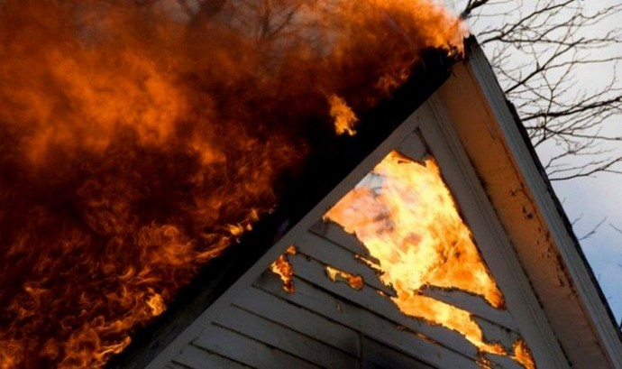 Залишились без покрівлі: на Рахівщині вогонь знищив частину будинку