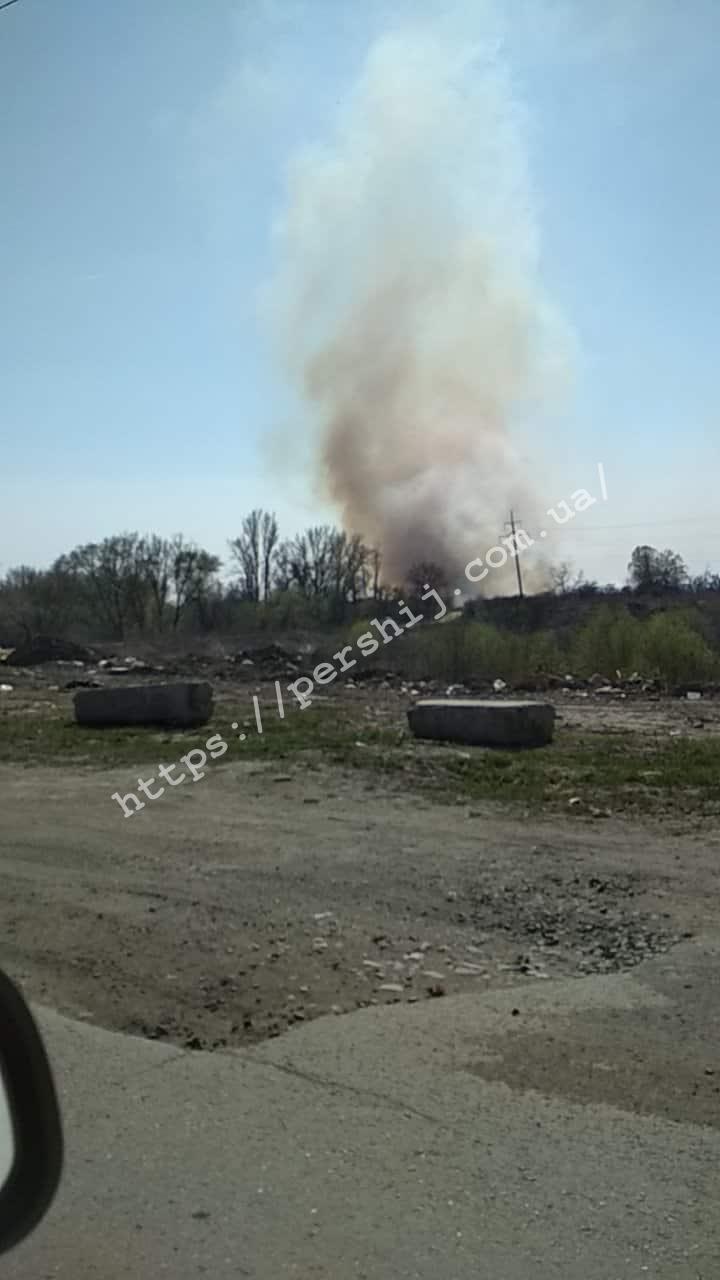 Масштабна пожежа: в Ужгороді рятувальники третю годину поспіль борються з вогнем (ФОТО)
