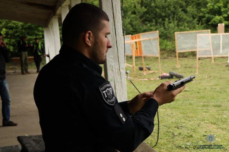 На Берегівщині патрульні взялись за зброю