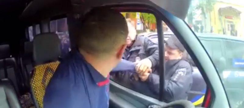 В Міжгір'ї поліцейські намагались силою витягти водія з автобуса