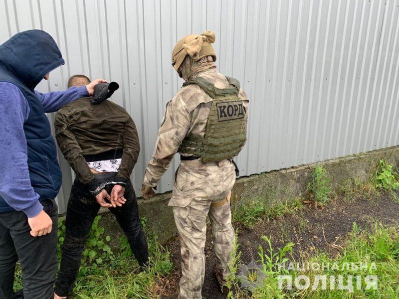 Спецоперація на Виноградівщині триває – у помешканні фігуранта злочину виявили заборонені речовини