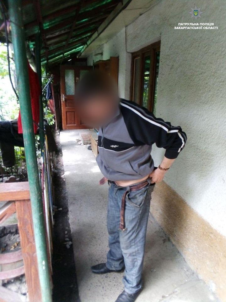 Закарпатець, раніше вже звинувачуваний у насильстві, регулярно збиткувався над власною матір'ю (ФОТО)