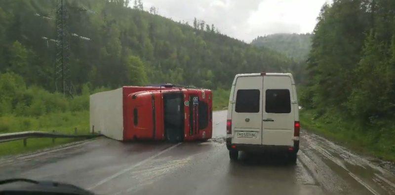 Жахлива аварія на Закарпатті: на гірській дорозі перекинулася фура (ВІДЕО)