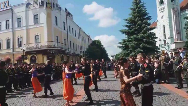 Вальс просто неба танцювали військові ліцеїсти у Мукачеві (ВІДЕО)
