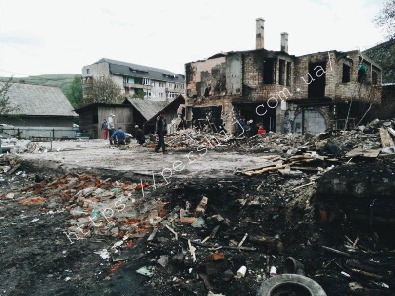 Згоріло все: страшна пожежа у Рахові залишила без даху над головою 3 родини (ФОТО, ВІДЕО)