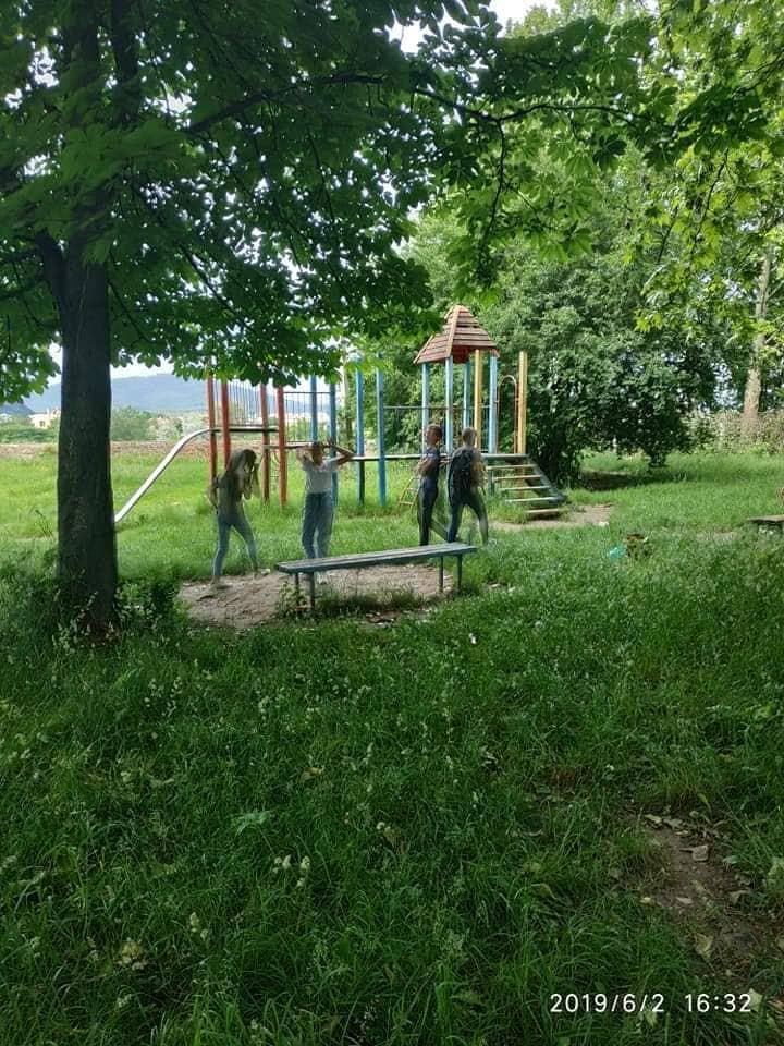 І так все поламано: в Мукачеві підлітків зловили на гарячому (ФОТО)