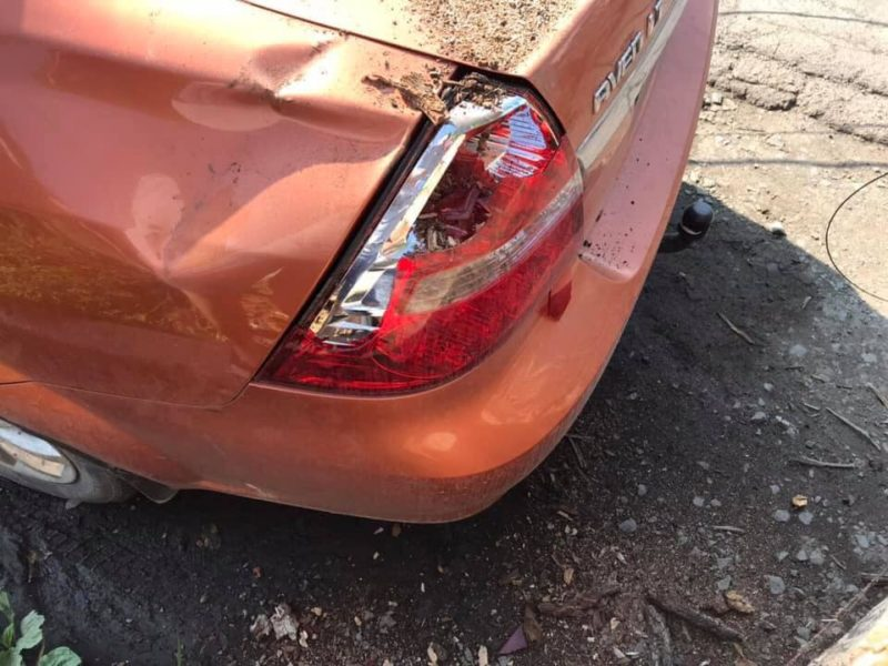 У Сваляві трухляве дерево впало на авто (ФОТО)