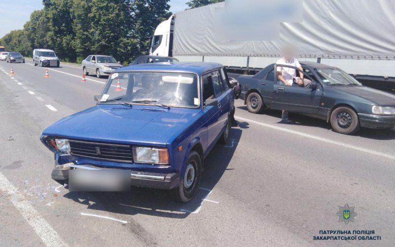 Масштабна ДТП на Закарпатті: фура та два легкові авто не розминулися на трасі (ФОТО)