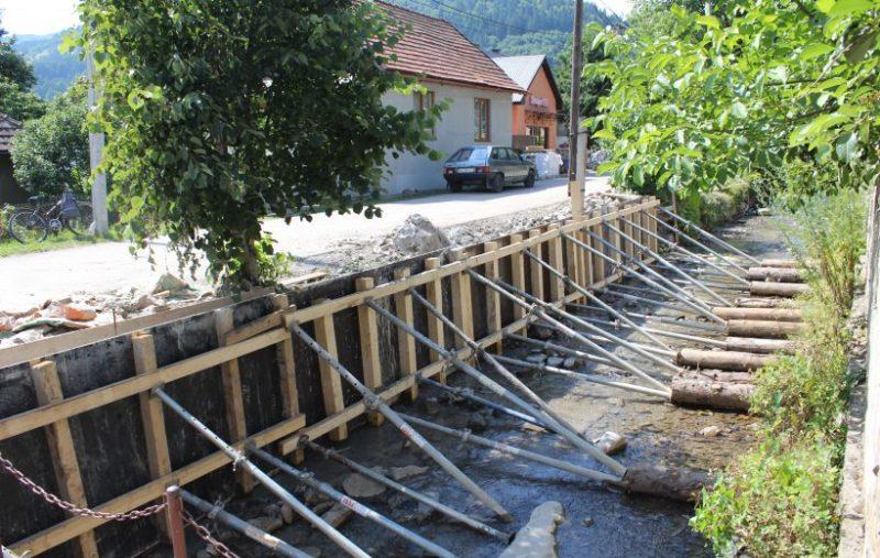 У Рахові тривають роботи з берегоукріплення потоку Буркут (ФОТО)