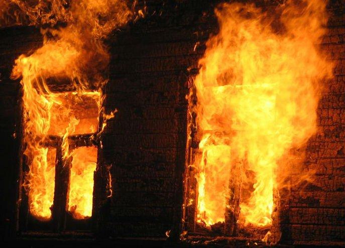 Чергова пожежа на Тячівщині: кімната літньої кухні згоріла вщент