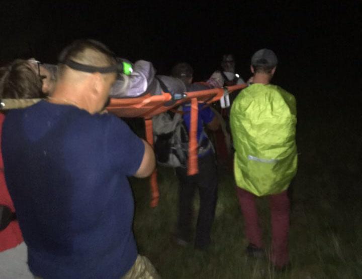 Закарпатські надзвичайники рятували травмовану у горах Рахівщини туристку (ФОТО)