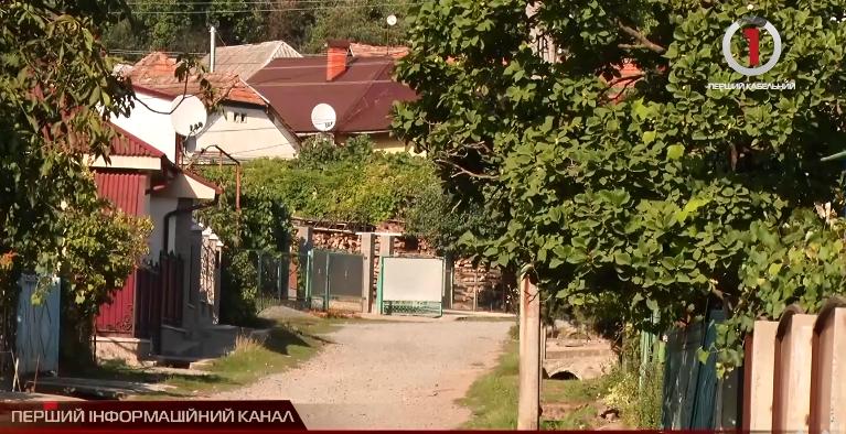 Через погану дорогу до одного зі сіл Мукачівщини відмовляються їхати таксисти (ВІДЕО)