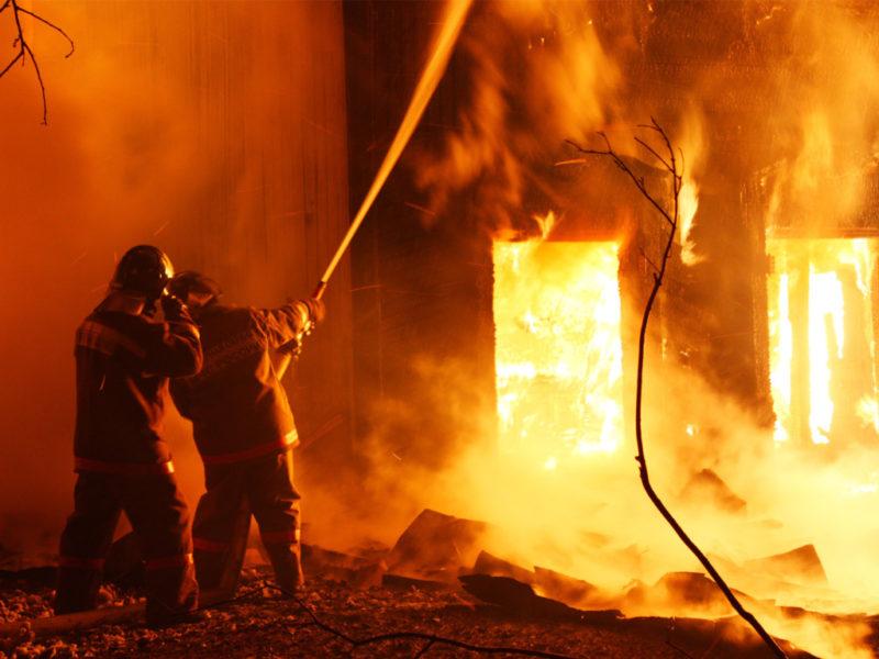 У Великому Березному масштабна пожежа охопила будівлю