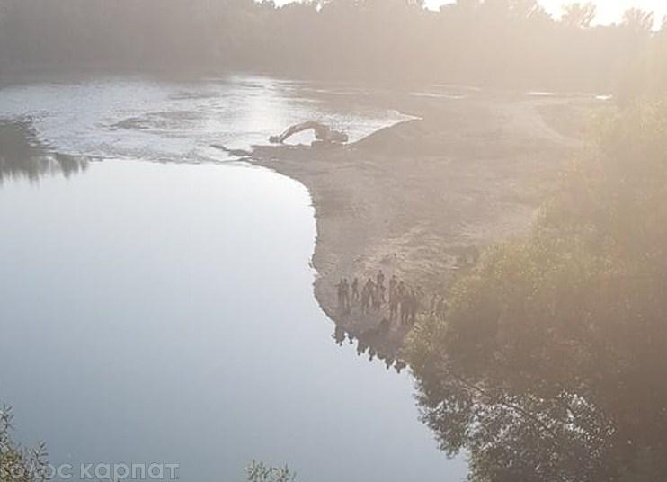 На Закарпатті у річці знайшли труп людини (ФОТО)