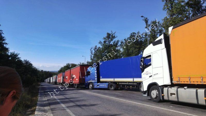 В Ужгороді на кордоні зі Словаччиною водії у чергах простоюють по 48 годин (ФОТО)